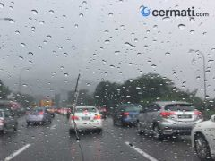 Cara Aman Mengendarai Mobil Saat Hujan