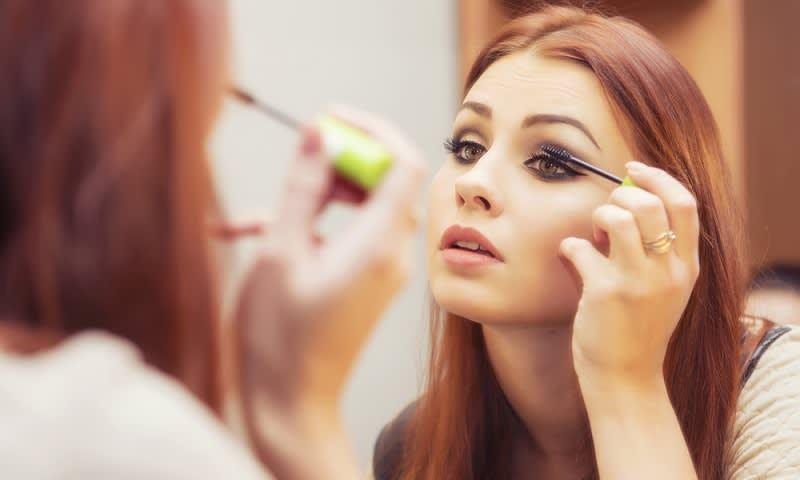 menggunakan make up