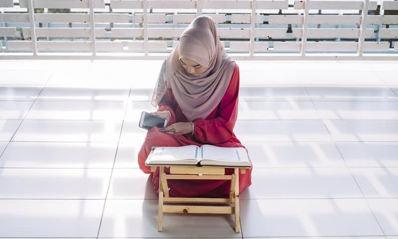 ilustrasi seorang muslim membaca al-qur