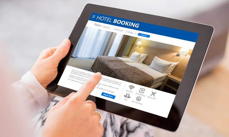 ilustrasi mencari informasi hotel online