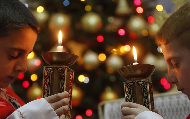 Masyarakat Irak Bergandengan Tangan dan Menyalakan Lilin Saat Natal