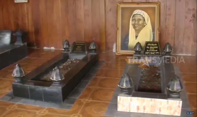 Pemakaman keluarga Mandra via transmedia