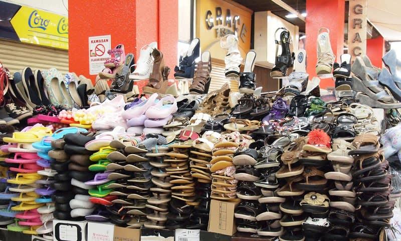 Penjual Sepatu dan Sendal di Pasar Pagi Mangga Dua 1ba20fd9f2