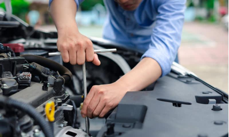 memperbaiki bagian mobil yang rusak