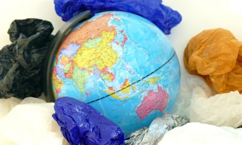 Globe dan Plastik