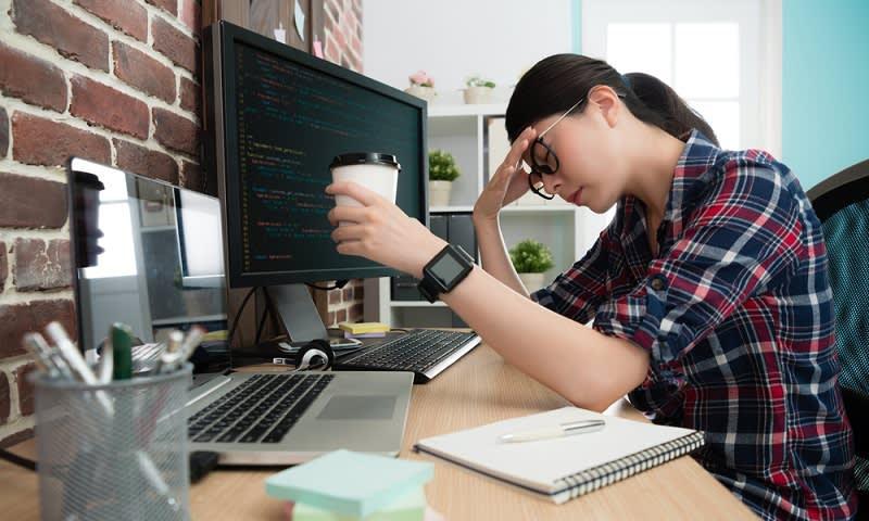 Di depan komputer