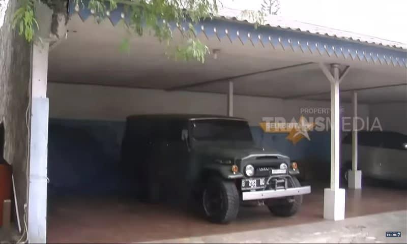 Garasi tak berpintu di pekarangan depan rumah Mandra