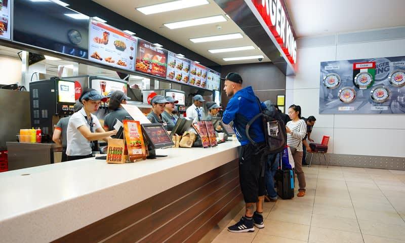 Dibayar Mengantre Makanan untuk Orang Lain