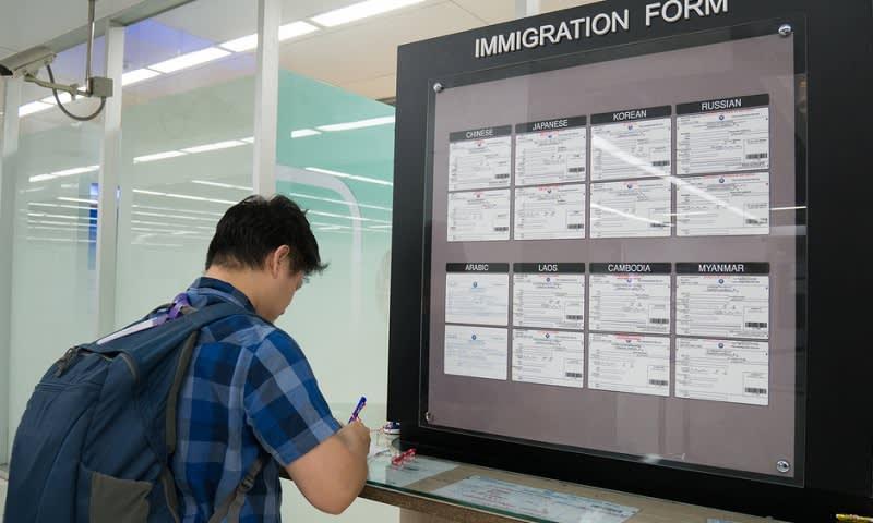 Ilustrasi Mengisi Formulir untuk Pengajuan Visa di Kantor Kedutaan