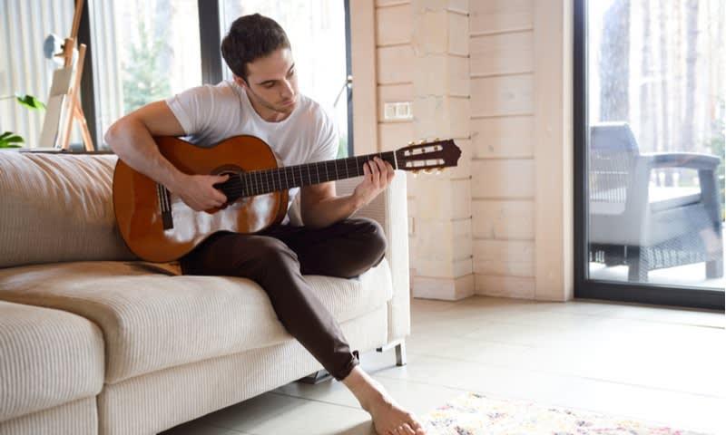 Memainkan Lagu yang Tenang dengan Alat Musik yang Dikuasai