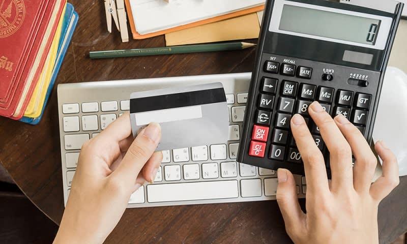 membayar tagihan bulanan dengan kartu kredit